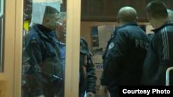 11月3 日﹐戴上面罩男子襲擊科索沃北部城鎮米特羅維察的選舉票站。