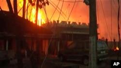 27일 인도 남부 안드라프라데시 주에서 가스관 폭발 사고로 16명이 사망했다. 주택 뒤로 폭발로 발생한 불길이 솟아오르고 있다.
