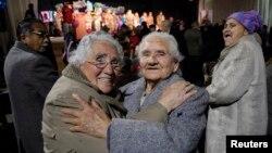Dos ancianas chilenas se abrazan durante una celebración para adultos mayores. Chile es el país latinoamericano mejor preparado para atender a sus adultos mayores.