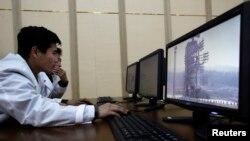 지난 2012년 4월 북한의 은하 3호 로켓 발사 당시 통제소 내 북한 과학자들이 모니터를 통해 발사대를 관찰하고 있다. 당시 북한은 로켓 발사대와 통제소를 해외 언론에 공개했다. (자료사진)