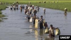 میانمار فورسز کے ظلم وستم سے بچنے کے لیے لاکھوں روہنگا مسلمان دشوار گذار راستوں سے بنگلہ دیش داخل ہو چکے ہیں۔ فائل فوٹو