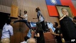 Sinh viên biểu tình chống hiệp ước thương mại với Trung Quốc dỡ bỏ các chướng ngại vật tại cơ quan lập pháp ở Đài Bắc, Đài Loan, ngày 10/4/2014.
