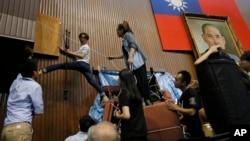 지난해 4월 타이완 타이페이에서 학생들이 의회 점거 시위를 하고 있다. (자료사진)