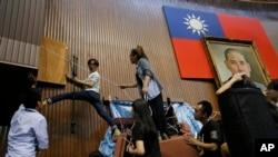 2014年4月10日台湾学生在离开立法院前拆除路障