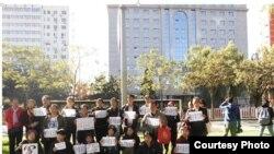 法院外声援冀中星的上海访民。 (博讯图片)