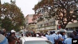 A polícia compareceu em força apoiada por um carro celular