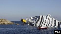 Mucha gente se lanzó al agua cuando se percató de que el barco se hundía y comenzaba a escorarse.