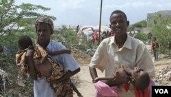 Warga Somalia membawa anak-anak yang menderita kekurangan gizi di Somalia selatan ke rumah sakit di Mogadishu.