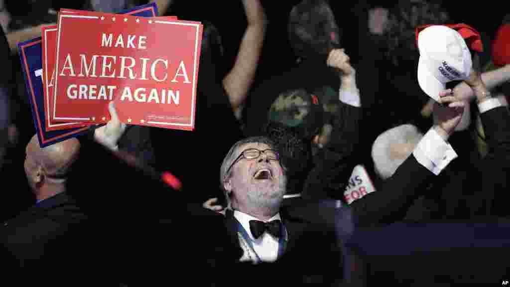 Les partisans du candidat républicain à la présidentielle, Donald Trump, applaudissent lors de sa victoire, New York, le 8 novembre 2016.