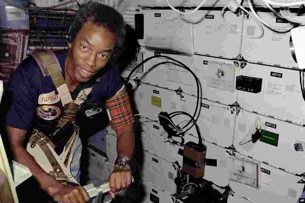 """1983年8月30日到9月5日: 首位非洲裔美国宇航员圭恩•布鲁福德(Guion Bluford)参加""""挑战者号""""第三次宇航任务。""""挑战者号""""实施了美国宇航项目的首次夜晚发射夜晚着陆。"""