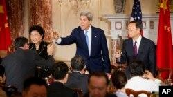 美中經濟對話首日﹐美國國務卿克里(中)楊潔篪及劉延東(左)