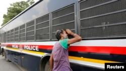 Xe cảnh sát chở 4 bị can vụ cưỡng hiếp gây tử vong cho một phụ nữ trên một chiếc xe buýt ở New Delhi.