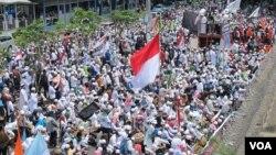 Ribuan umat Islam dari beragam organisasi massa, kebanyakan anggota FPI, berunjuk rasa di depan markas Polda itu, menuntut agar Rizieq Shihab dibebaskan dari proses hukum, Senin (23/1). (VOA/Fathiyah Wardah)