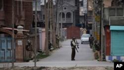 Anggota paramiliter India melakukan patroli di wilayah permukiman di Srinagar, ibukota Kashmir-India (13/3).