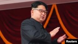 김정은 북한 국무위원장이 지난 5월 평양 김일성 광장에서 열린 7차 당 대회 경축 군중집회를 지켜보며 박수를 치고 있다. (자료사진)