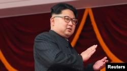 김정은 북한 노동당 위원장이 10일 평양 김일성 광장에서 7차 당 대회 경축 군중집회를 지켜보며 박수를 치고 있다.