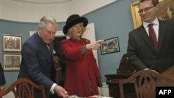Princ Čarls i njegova supruga, Kamila seku tortu u čast Dikensovog rođenja u Muzeju Čarlsa Dikensa u Londonu, 7. februar 2012.