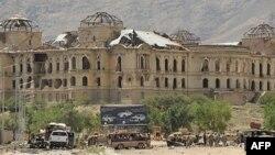 Nhân viên điều tra Afghanistan và nước ngoài tại hiện trường sau vụ đánh bom tự sát ở Kabul, ngày 18 tháng 5, 2010