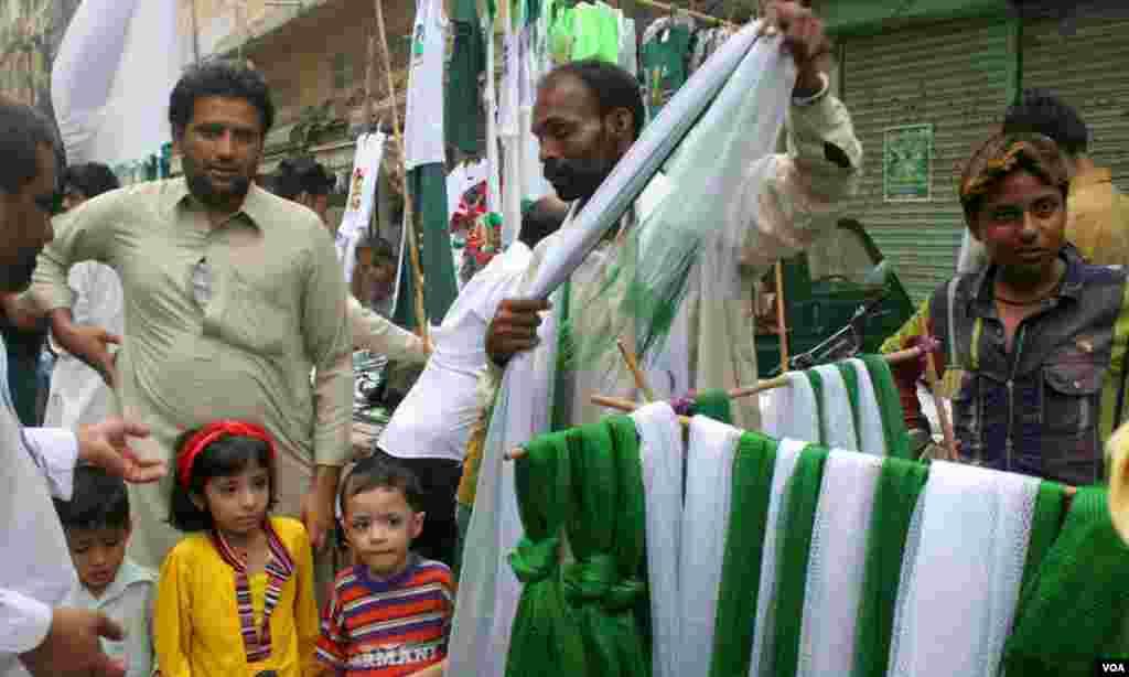 سفید اور ہرے رنگوں میں رنگے دوپٹے میں لوگوں کی دلچسپی