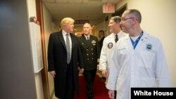 "Predsednik Donald Tramp sa lekarima u bolnici ""Volter Rid"", 12. januar 2018."