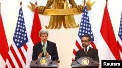 존 케리 미국 국무장관(왼쪽)이 17일 인도네시아 자카르타에서 마티 나탈레가와 인도네이사 외무장관과 공동 기자회견을 가졌다.