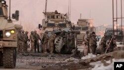 지난 10일 아프가니스탄 카불에서 미군 장병들이 폭탄 공격이 일어난 사건 현장을 수색하고 있다. 이 날 공격으로 민간인 2명이 사망했다.