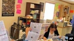 Učenici škole Little Wound koji pišu za novine Mustang News čitaju svoje objavljene članke