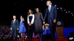 바락 오바마(오른쪽) 대통령이 10일 시카고 맥코믹 플레이스 고별연설 무대에 가족과 함께 오르고 있다. 오른쪽부터 오마마 대통령과 부인 미셸 여사, 딸 말리아, 부통령 부인 질 바이든 여사와 조 바이든 부통령.