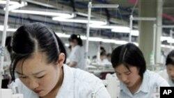개성공단 한국 의류업체에서 근무하는 북한 노동자들 (자료사진)