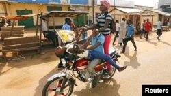 Des jeunes centrafricains se livre à des exercices acrobatiques sur une moto à proximité de la Mosquée Koudoukou où le pape François rencontre l'Imam Moussa Tidiani Naibi à Bangui, Centrafrique, 30 novembre, 2015.