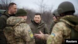 ARHIVA - Ukrajinski predsjednik Volodimir Zelenski razgovara sa ukrajinskim snagama u Donjecku (Foto:. Ukrainian Presidential Press Service/Handout via Reuters)