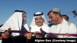 سفیر امارات (نفر وسط) برای افتتاح برخی پروژههای انکشافی به کندهار رفته بود