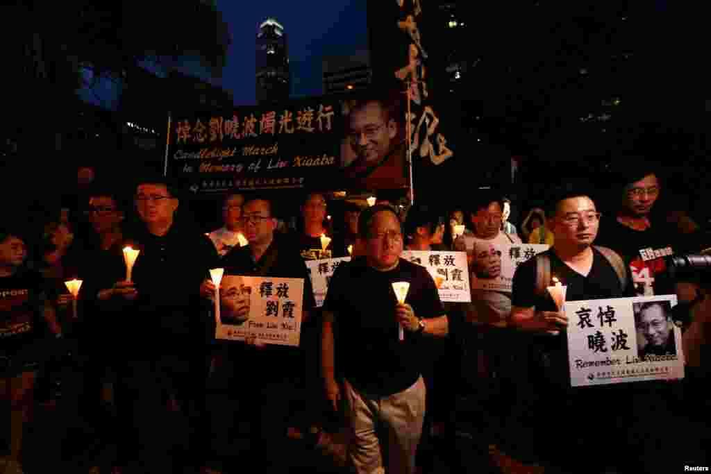 បាតុករកាន់ទៀនចូលរួមនៅក្នុងការដង្ហែក្បួនមួយដើម្បីកាន់ទុក្ខមរណភាពរបស់លោក Liu Xiaobo នៅក្នុងក្រុងហុងកុង ប្រទេសចិន កាលពីថ្ងៃទី១៥ ខែកក្កដា ឆ្នាំ២០១៧។