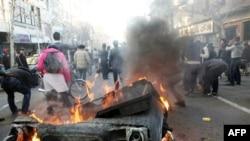 Người biểu tình chống chính phủ ở Iran nổi lửa đốt một thùng rác ở Tehran, ngày 14/2/2011