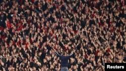 Des supportes du Bayern Munich encourage leur équipe lors d'un match contre le RB Leipzig, Allemagne, le 9 février 2020.