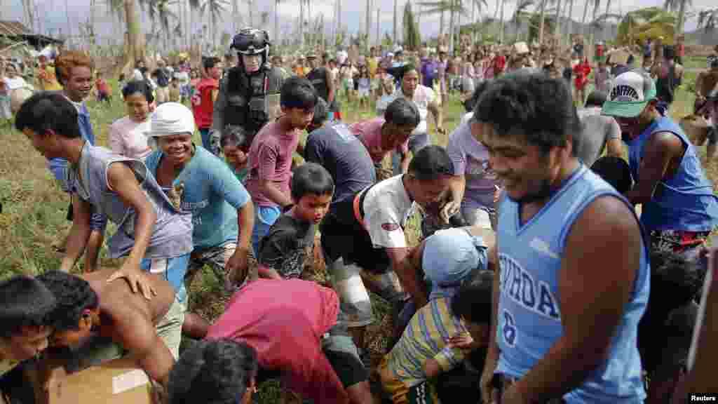Nạn nhân bão Haiyan vui mừng lấy nước ngọt từ trực thăng quân sự Mỹ ở phía bắc một ngôi làng bị cô lập ở Tacloban, ngày 17/11/2013.