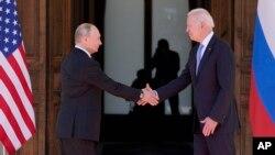 ប្រធានាធិបតីសហរដ្ឋអាមេរិក លោក Joe Biden (ស្ដាំ) និងប្រធានាធិបតីរុស្ស៊ី លោក Vladimir Putin ចាប់ដៃគ្នាក្នុងជំនួបមួយនៅ Villa La Grange ក្នុងទីក្រុងហ្សឺណែវ ប្រទេសស្វ៊ីស ថ្ងៃទី១៦ ខែមិថុនា ឆ្នាំ២០២១។