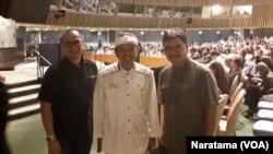 Bupati Purwakarta, Dedi Mulyadi (tengah) berfoto bersama tim liputan VOA, Naratama (kanan) dan Yogi (kanan) di kantor PBB, New York, 18 Agustus 2015 (Foto: VOA/Naratama)