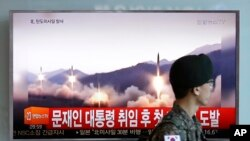 Một quân nhân Hàn Quốc đi ngang màn hình có tin về Bắc Hàn thử tên lửa, Seoul, 14/5/2017