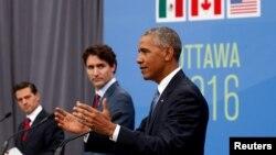 Le président américain Barack Obama, à droite, son homologue mexicain Enrique Pena Nieto, à gauche, et le Premier ministre canadien Justin Trudeau, au centre, lors d'une conférence de presse en marge du Sommet des leaders nord-américains à Ottawa, Canada, 29 juin 2016. REUTERS / Kevin Lamarque