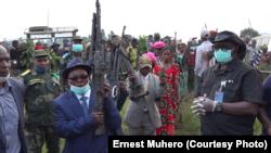 Maheshe Simba, mokambi ya ba Maï Maï Mulangane, oyo amibengaka général, akiti minduki mpe amizongisi na maboko ya mampinga FARDC, Walungu, Sud-Kivu, 20 mai 2020. (VOA/Ernest Muhero)