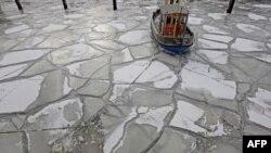 Một chiếc thuyền bị kẹt trong băng ở Hamburg, miền bắc nước Đức, 8/2/2012