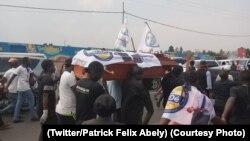 Bato bayike bamemi sanduku ya nzoto ya Defao Paluku Kamala na Goma, Nord-Kivu. (Twitter/Patrick Felix Abely)