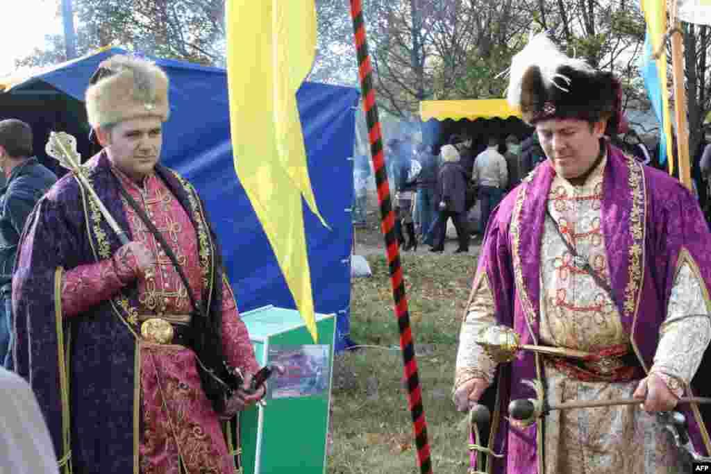 На таком этнофестивале никуда без красивых украинских дивчин в национальных костюмах. И казаки им были под стать - в шароварах и с «оселедцами»