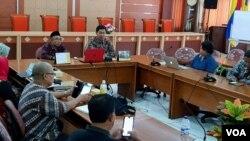 Diskusi panel pembahasan draf naskah akademik perlindungan anak masa kebencanaan di kampus Universitas Airlangga Surabaya. (Foto:VOA/Petrus Riski)