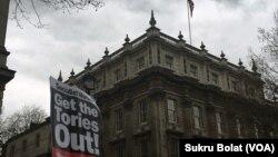 """伦敦抗议者要求首相卡梅伦辞职,在这之前,所谓的""""巴拿马文件""""显示他的家人曾经从离岸账户中获益。"""