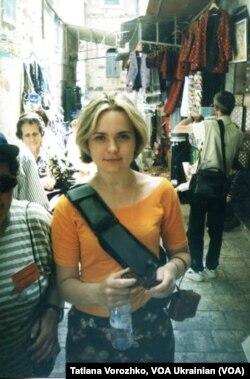 Єрусалим, 1999-ий рік. Через плече в мене не автомат, а новий наплічник, яким я тоді дуже пишалася. Ансамбль доповнює майка з ринку «Петрівка» та пошита мамою спідниця.