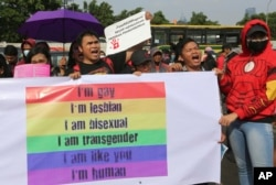 Para aktivis hak-hak LGBT berdemonstasi menentang rencana revisi Kitab Undang-undang Hukum Pidana di luar kompleks DPR/MPR di Jakarta, 12 Februari 2018. (Foto: AP)