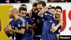 Lionel Messi celebra junto a sus compañeros su gol de tiro libre.