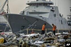 Anggota SAR memeriksa serpihan yang berhasil diangkat dari perairan dimana Lion Air Flight JT 610 dipercaya mengalami kecelakaat, Tanjung Priok, Jakarta, Rabu, 31 Oktober 2018